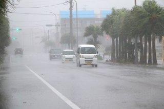 暴風雨が吹き荒れ、見通しが悪くなる石垣市内=9月30日午後3時すぎ