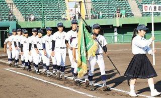 準優勝旗を手にダイヤモンドを一周する八重農ナイン=5日午後、コザしんきんスタジアム