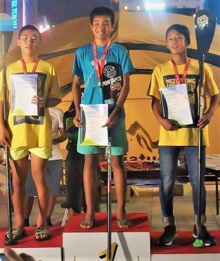 アジアSUPツアーで年間総合優勝を飾った河島飛鳥(中央)=9月28日、博多(提供)