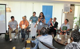 アイランダーサミット閉会式で感想を述べるバリ島グリーンスクールの生徒ら。「ごみに責任はない。人間に責任がある」と呼び掛ける=6日午後、フサキビーチリゾートホテル&ヴィラズ
