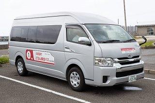 実証実験が始まった「どなん乗合バス」=9月19日午後、久部良の待機所