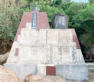 マラリア犠牲者の刻銘版や大理石が剥がれた忘勿石之碑(竹富町教育委員会提供)