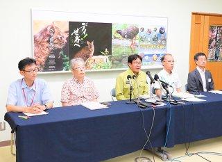 IUCN専門家の調査について会見する環境省や沖縄県などの担当者ら=12日午後、国際サンゴ礁研究・モニタリングセンター
