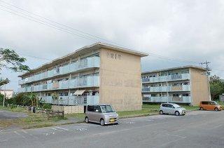 老朽化が進む市営新川団地。新団地の建築工事の発注が今年度下半期に予定されている=17日午前