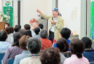 子どもの弁当づくりの意義などについて説明する柴田真佑氏=20日夜、大浜公民館