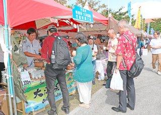 初日からにぎわう沖縄の産業まつり。商工会特産品フェア「ありんくりん市」では、八重山3市町が並んでブースを構え、大勢の来場者の関心を集めた=25日午後、那覇市の奥武山公園