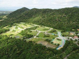 沖縄防衛局が造成工事の準備を進めている旧ジュマールゴルフガーデン跡地(中央)。進入路などが整備されている=29日午前、小型無人機で撮影
