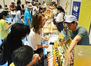 「2019八重山の産業まつり」が開幕、23事業所がブースを設け、自慢の商品を販売した=2日午後、石垣市民会館中ホール