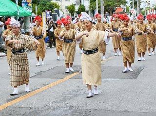 42団体総勢2000人余りが参加した市民大パレード。雨の降る中、沿道には多くの市民が詰め掛け祭りを盛り上げた=3日午後、市役所通り