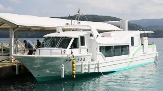 新たに建造された旅客船ふなうきまる=16日午前、船浮港