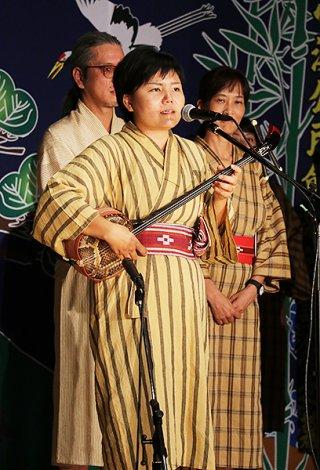 最優秀賞に輝き、アンコールで熱唱する島仲亜希さん=16日夜、小浜公民館