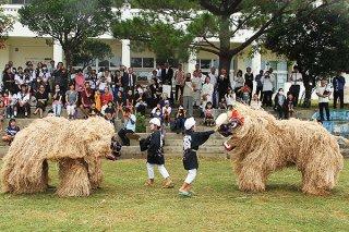 大原中学校の創立70周年を記念し練り歩く大富地区の獅子。古見、大原、豊原の獅子も登場した=17日午後、同校運動場