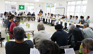 今期の操業開始日や生産予想量などが報告された石垣島製糖の原料委員会=20日午後、石糖会議室