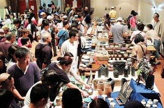 多くの来場者でにぎわう第10回石垣島やきもの祭り=11月30日午前、市民会館中ホール