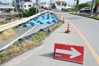 災害復旧工事が行われず、片側通行が続いている県道与那国線=11月30日、祖納