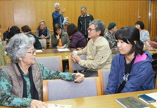 方言に関するミニゲームを行う参加者たち。標準語を使わずにメッセージを伝えた=7日午後、石垣市立図書館