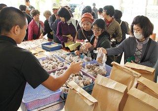 シイタケ栽培キットはことしも大人気。1時間で完売となった=8日午前、八重山農林高校