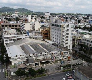 竹富町役場石垣支所は現本庁舎の敷地のみで整備される=2018年12月10日撮影