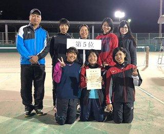 全日本高校選手権大会の切符を勝ち取った八重高女子=14日午後、県総合運動公園庭球場(髙嶺享史監督提供)