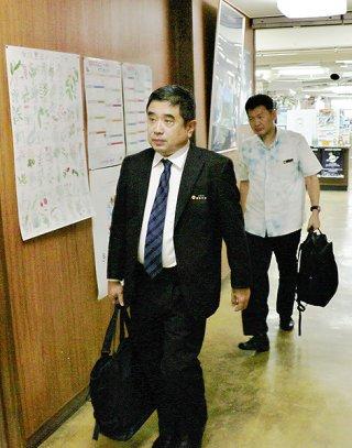 新急患ヘリポート設置をめぐり、意見交換のため市役所を訪れる池田竹州知事公室長(手前)=20日午後