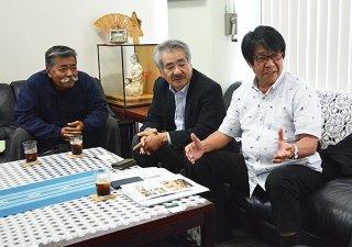 「奄美ー石垣線」の実現を求める(右から)赤崎事務局長、浜田氏、兼島氏=20日午後、八重山毎日新聞社