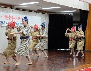 「真謝井戸節」を披露する部員たち=22日午後、大川公民館