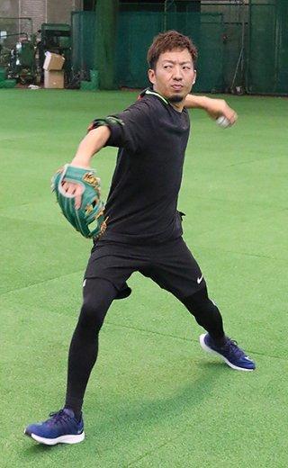 自主トレに励む嘉弥真新也投手(30)=30日午後、石垣市中央運動公園内