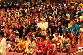 晴れ着姿で2020年石垣市成人式に出席し、祝福と激励を受ける新成人ら=4日午後、石垣市民会館大ホール