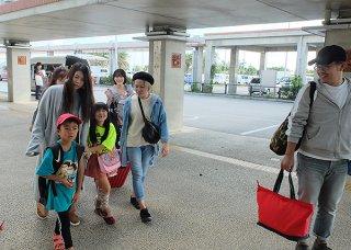 Uターンする出身者と見送りの家族ら=5日午後、南ぬ島石垣空港
