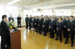 中山義隆市長(左)のあいさつを聞く職員=6日午前、市役所第1・2会議室