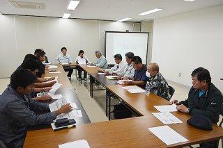 豚コレラ発生を受け「CSF侵入防止緊急対策会議」が開かれ、県と農家が意見交換した=8日午後、八重山家畜保健衛生所