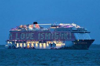 石垣港に寄港する外航クルーズ船。2019年は過去最多の148回を記録した=2019年7月3日