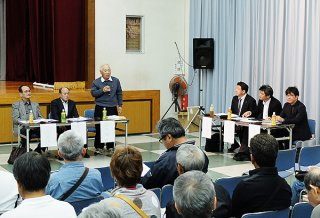 新火葬場建設位置の撤回運動を運動を展開した垣花格さん(奥左から3人目)。「自治基本条例を盾にできた」と強調した=17日夜、大浜公民館
