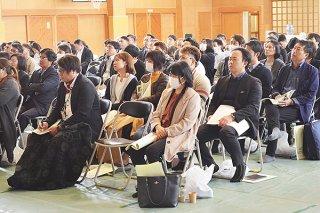 沖縄県PTA研究大会八重山大会の分科会が各地で開かれ、参加者が実践発表などに耳を傾けた=18日午後、平真小学校体育館