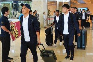 FC琉球の選手らが石垣空港に到着。初の石垣島キャンプが始まった=22日午前、南ぬ島石垣空港