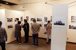3日開幕した「ときがみつめる八重山の祭祀写真」石垣展。26日まで開催される=23日午前、市民会館展示ホール