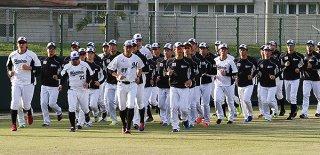ランニングで石垣島キャンプを始動させる選手ら=1日午前、市中央運動公園野球場
