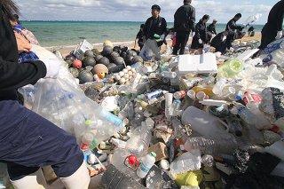 1時間作業で回収した漂着ごみ。2㌧トラック3台分の量になった=1日、平野海岸
