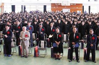 石垣中学校校歌を斉唱する卒業生や在校生ら=8日午後、同校体育館