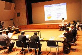 第2回石垣市中小企業振興会議が開かれ、人手不足に関する意見交換が行われた=12日午後、石垣市民会館中ホール
