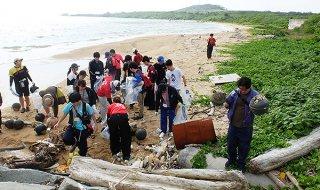 石垣島での3日間にわたる海岸清掃活動を開始したNPO法人国際ボランティア学生協会のメンバーら=13日、伊野田海岸