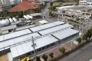 整備がほぼ終了した仮庁舎。22日から引っ越し作業が行われる=14日午後、ホテルエメラルドアイル石垣島から撮影