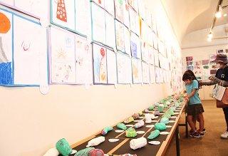 「ぼくのわたしのアート展」で約950点もの作品が展示されている=15日午前、市民会館展示ホール