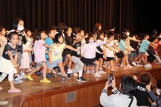 「ドキドキドン!一年生」を踊り、体いっぱいに新生活への期待を表す園児ら=16日午後、石垣市民会館大ホール