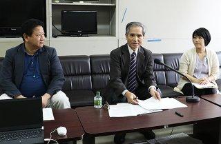 抗議声明を発表する小林武氏(中)、髙良沙哉氏(右)、飯島滋明氏=28日午後、県庁記者クラブ