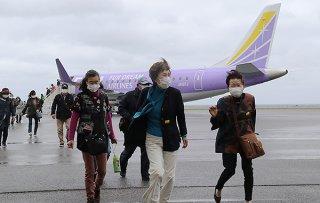 エンブラエル社旅客機で佐賀空港から与那国島に到着した乗客=5日午後、与那国空港