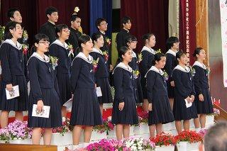 3年間の感謝と惜別を込めて合唱する伊原間中学校の卒業生ら=7日午前、同校体育館