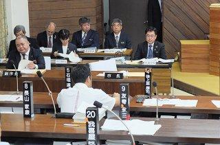 大濱明彦氏の発言撤回と謝罪を求めて中山義隆市長が退席した後、空席となる市長席=9日午後、本会議場