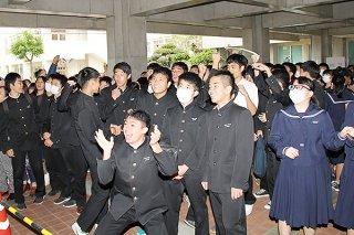 合格発表を見て喜びを爆発させる八重山高校の受験生ら=11日午前9時、同校ピロティ