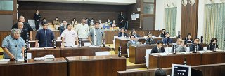 中山義隆市長に対する不信任決議案に賛成する野党の9人(左側)=16日午後、本会議場